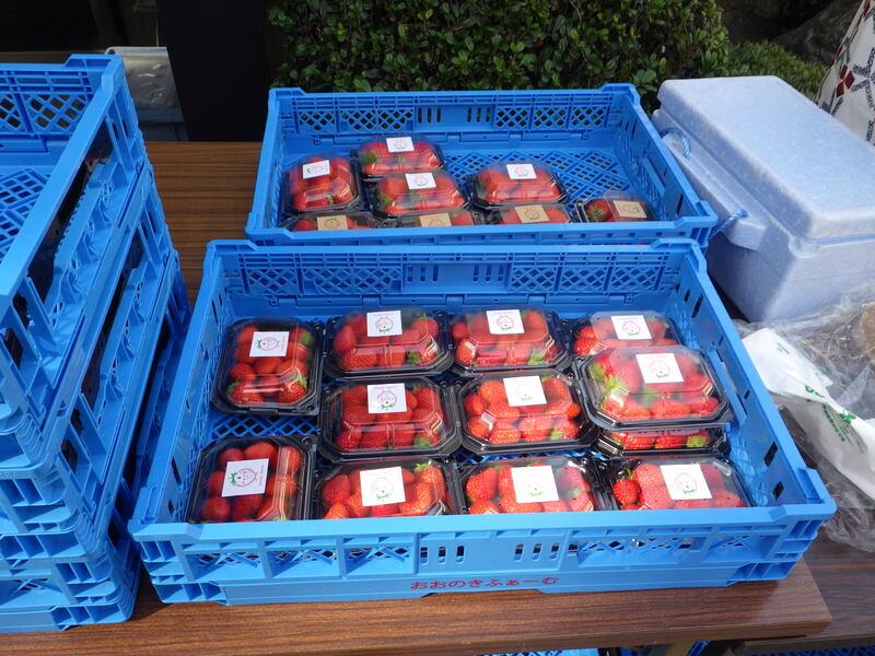 苺の直販の様子 1-2